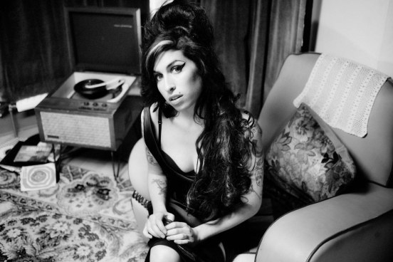 amy-winehouse-black-and-white